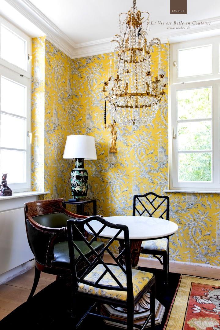 Farbkonzept Teezimmer mit gelber, asiatischer Tapete und weißer Decke