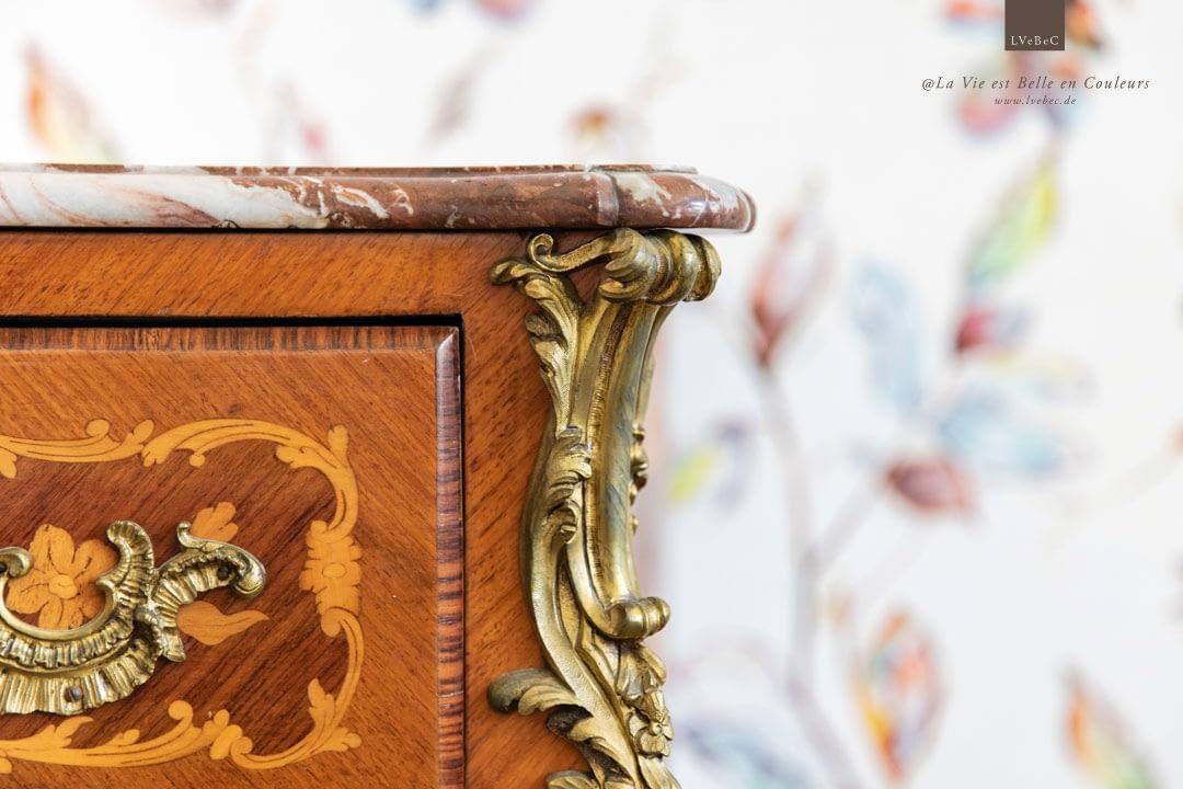 Detail der Küchentapete mit franzoesischer, antiker Kommode