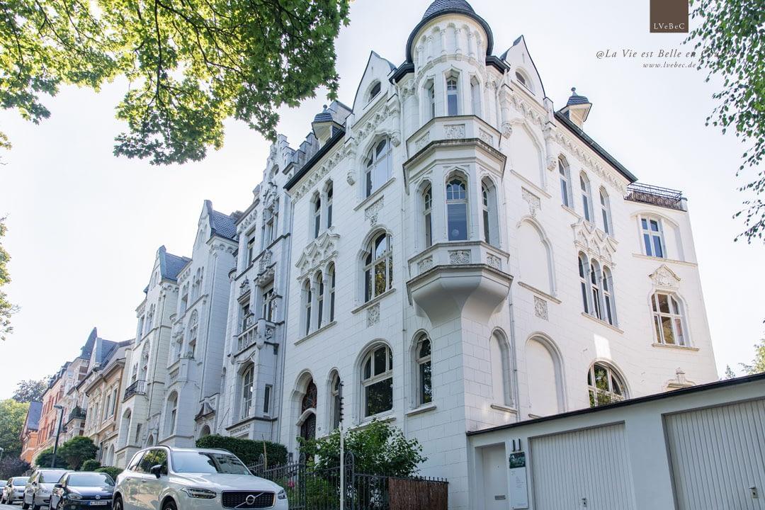 Gruenderzeitvilla mit weisser Fassade und Stuckelementen