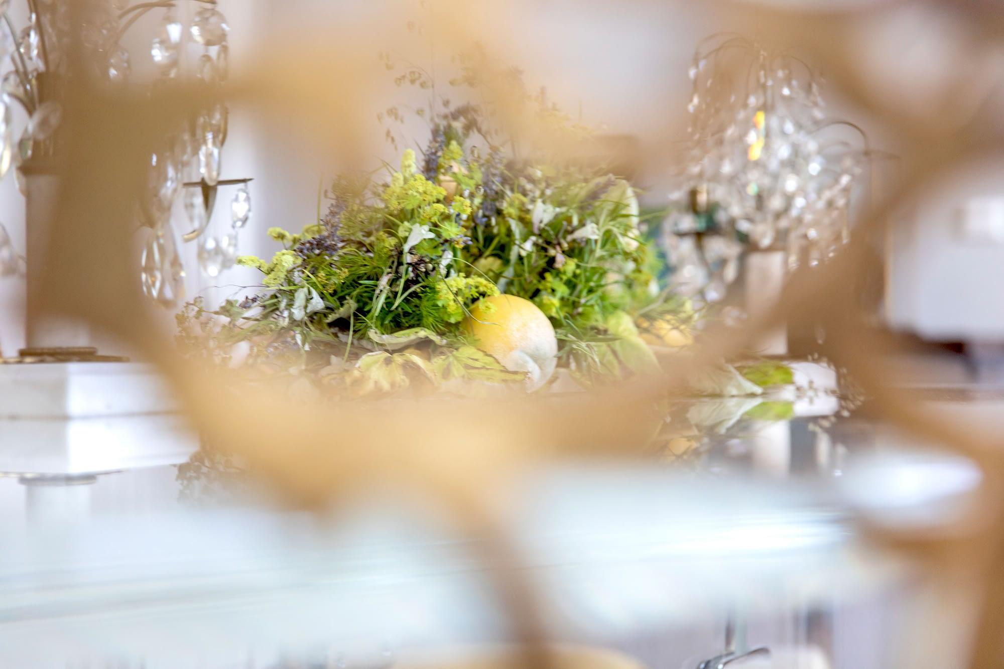 Tafelaufsatz mit Blumen und Zitronen