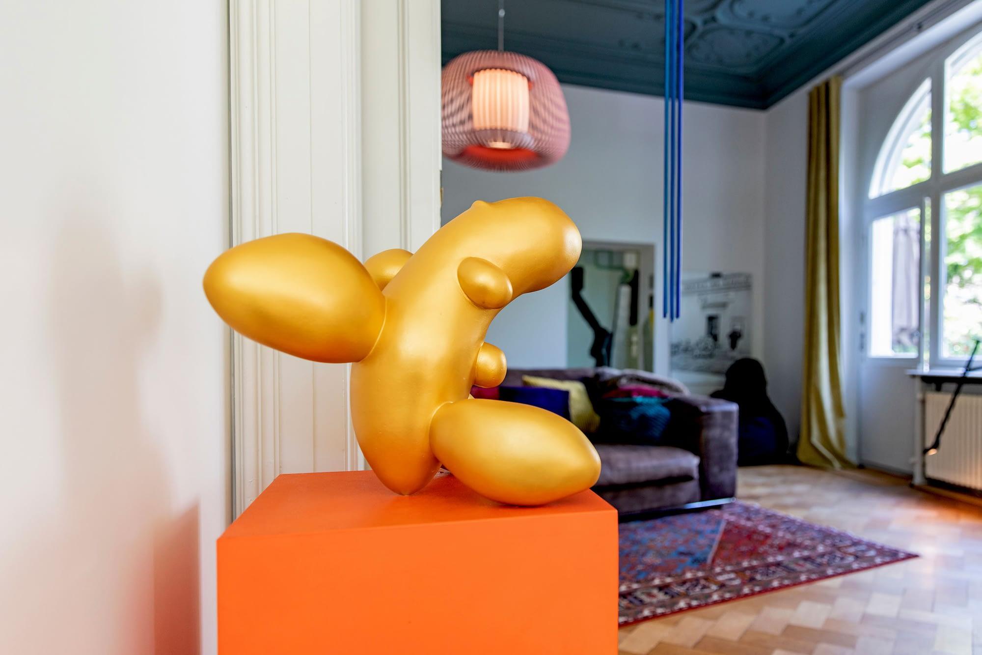 Die Skluptur die heilige Kartoffel in Gold im Zusammenhang mit dem Farbkonzept fuer das Wohnzimmer