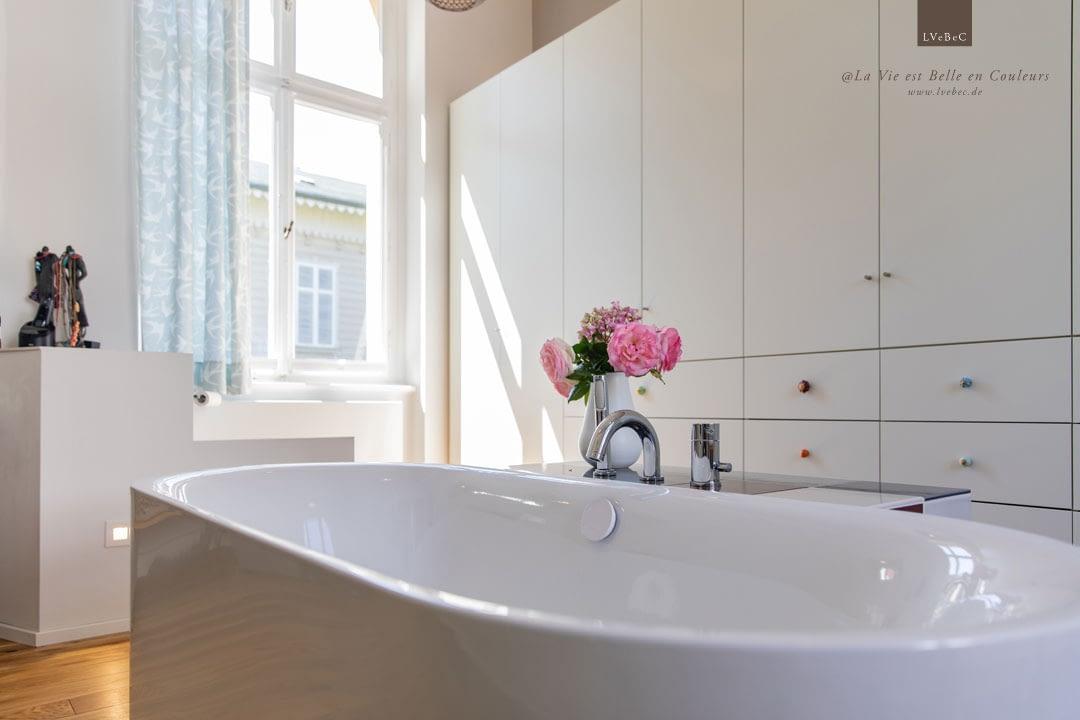 Badezimmer Aussschnitt mit freistehender Badewanne und Kleiderschrank
