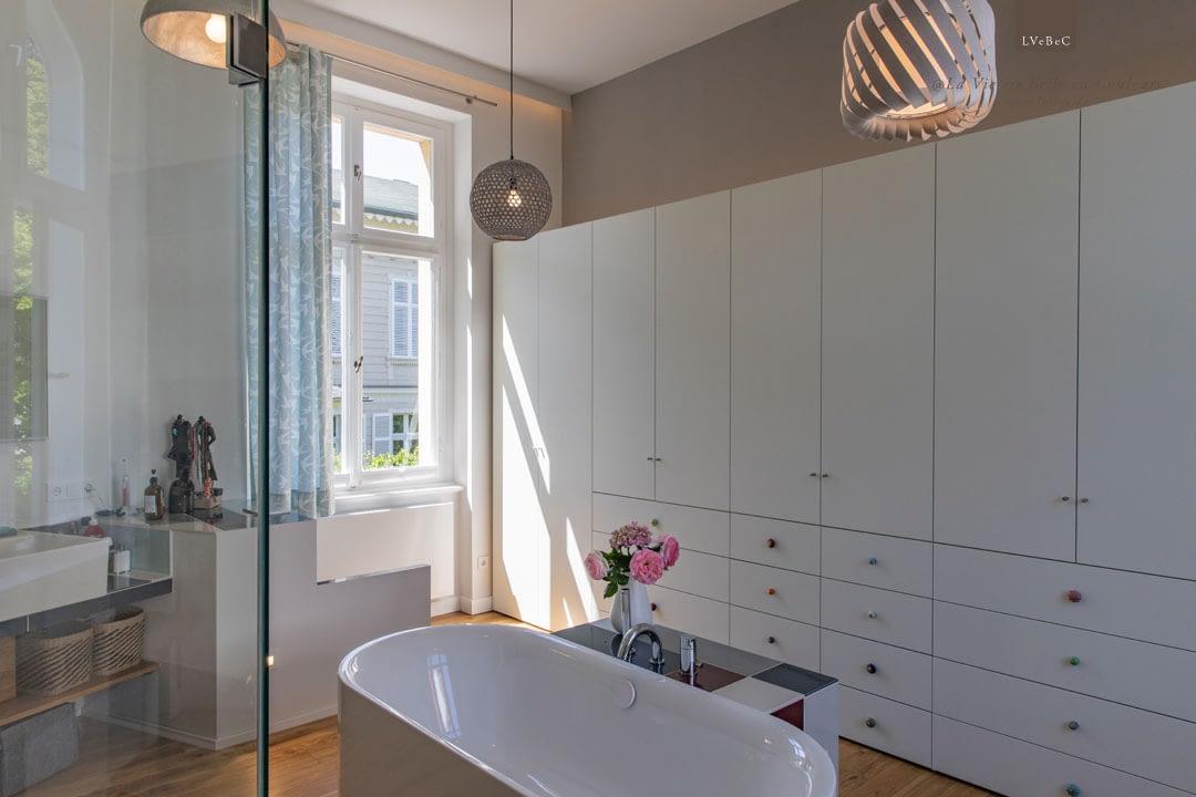 Badezimmer Lichtkonzept mit drei Deckenleuchten und indirekter Beleuchtungsleiste unter der Decke