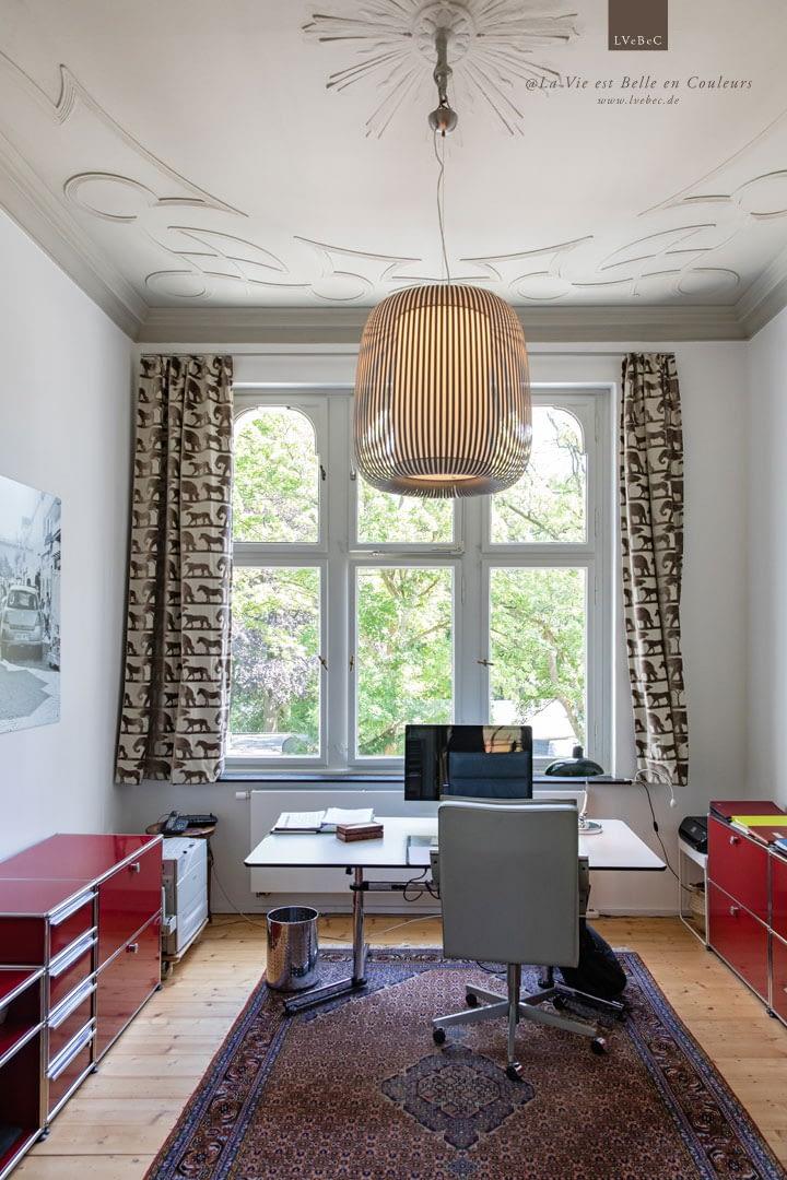 Arbeitszimmer in grautoenen mit USM Interieur in Rot