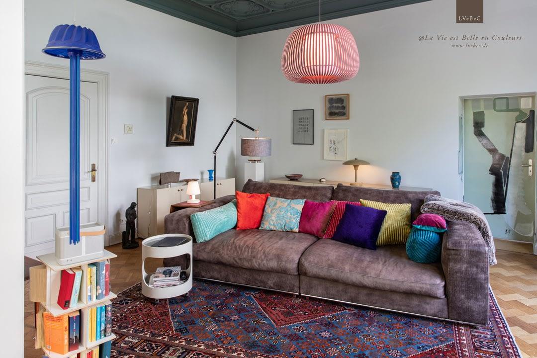 Stilmix im Wohnzimmer mit Loungesofa aus braunem Leder
