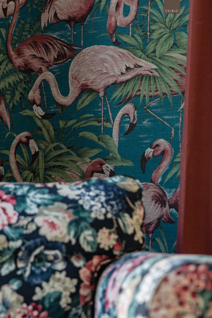 Detail Flamingotapete mit rosa Flamingos auf blauem Grund