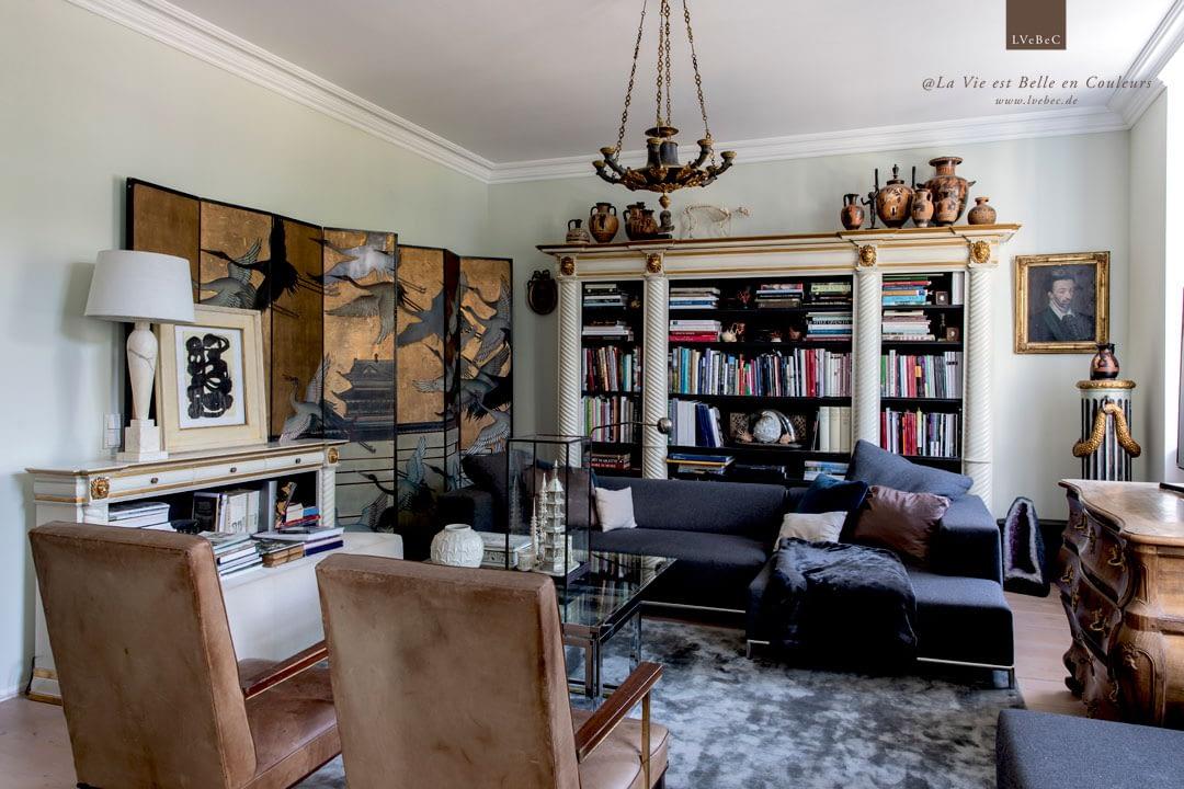 Farbkonzept für ein klassisches Wohnzimmer mit hellgruenen Waenden und weisser Decke