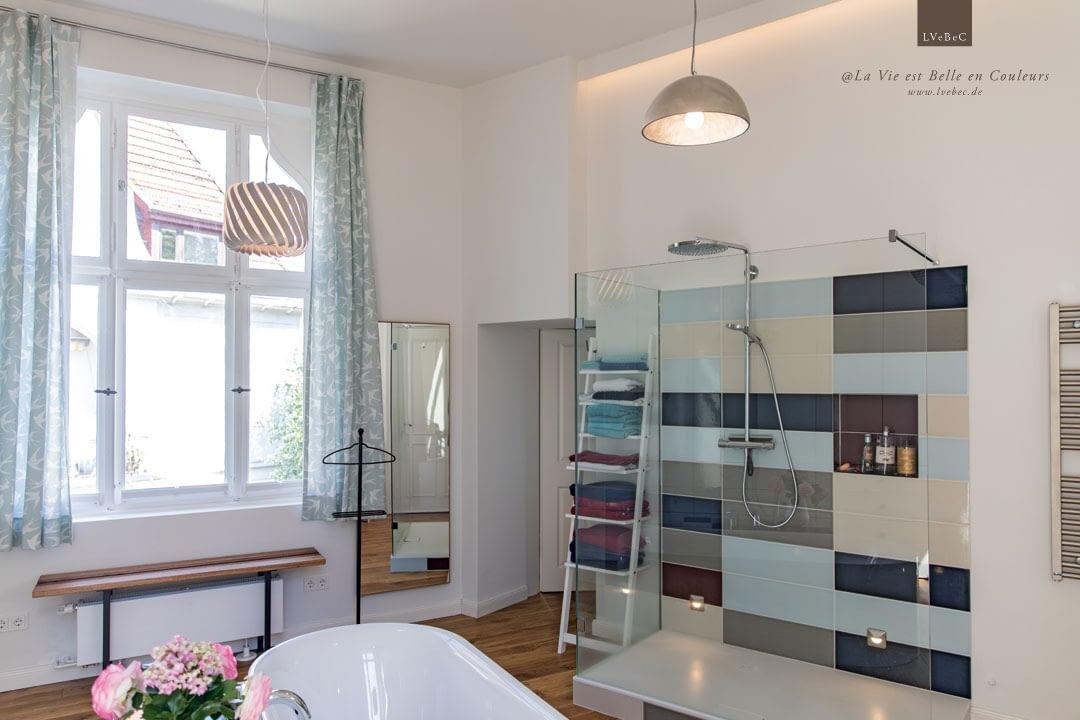 Farbkonzept für Badezimmer mit abgestimmten Villeroy und Boch Fliesen vier Grundfarben und einer Akzentfarbe