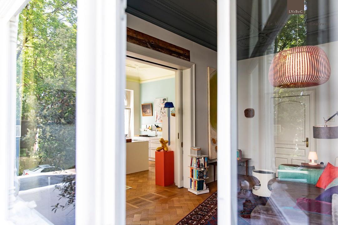 Einblick vom Garten in Wohnzimmer und Küche