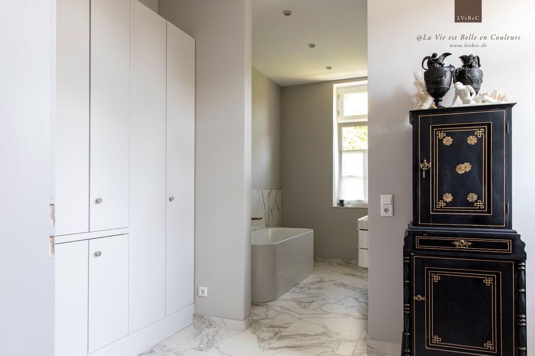 Farbkonzept in hellgrau fuer Badezimmer und Ankleidezimmer