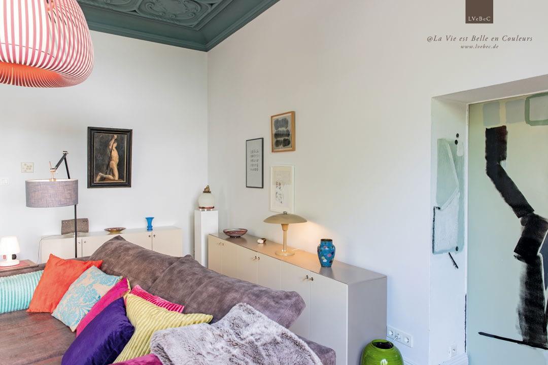 Wohnzimmer Ausschnitt mit bemalter Tuer