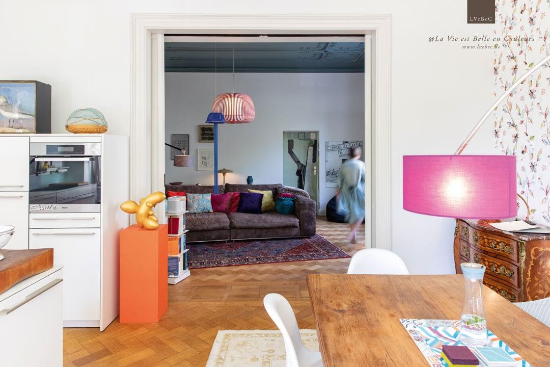 Farbkonzept Küche und Wohnzimmer mit Skulptur und Holztisch